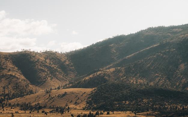 Vista da paisagem das montanhas durante o pôr do sol