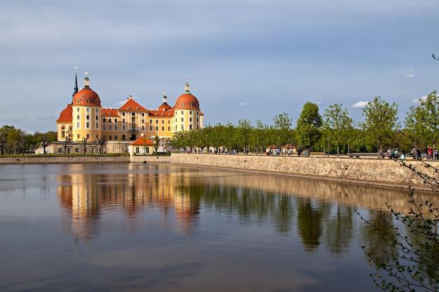 Vista da paisagem do castelo de moritzburg, um palácio barroco em moritzburg