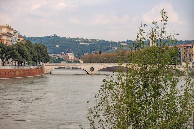 Vista da paisagem do rio adige em verona, na itália, com uma ponte