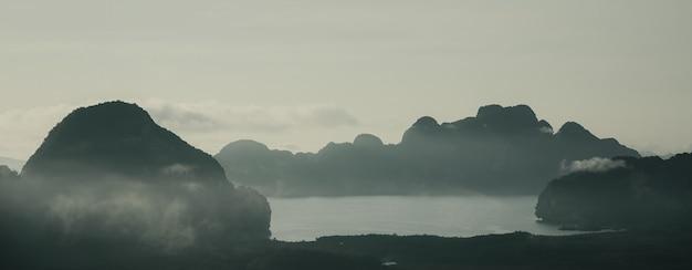 Vista da paisagem e montanha de cores dramáticas e nuvens no marco samet nang shee phang nga tailândia