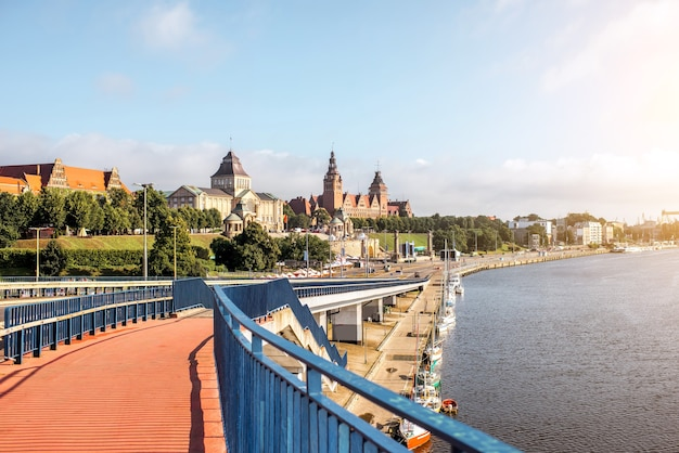 Vista da paisagem no rio oder com belos edifícios na cidade de szczecin, na polônia
