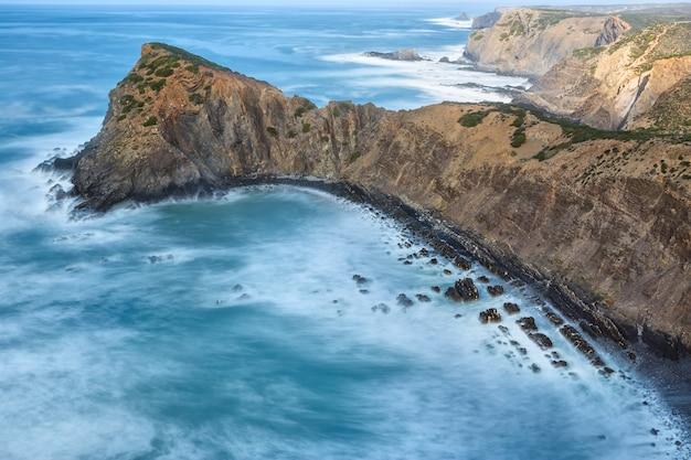 Vista da paisagem no topo de falésias e ondas desfocadas. portugal.