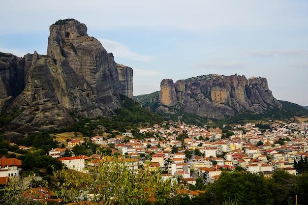 Vista da paisagem urbana da antiga cidade de kalambaka com linda montanha de formação rochosa