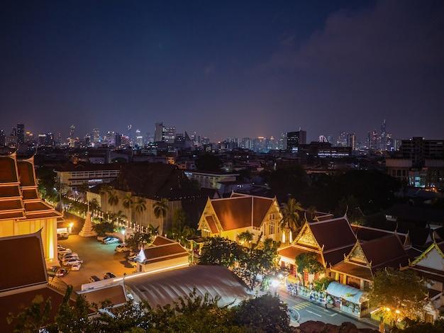 Vista da paisagem urbana de bangkok do monte dourado do templo wat saket