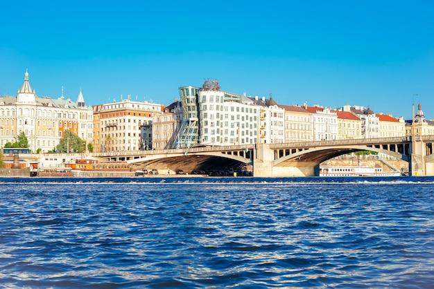 Vista da paisagem urbana de jirasek bridge e pragoe com a famosa casa dançante. república checa
