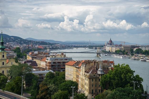 Vista da paisagem urbana do rio danúbio, com lindo céu em budapeste.