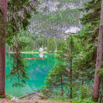 Vista da pequena capela no famoso lago braies, nos alpes italianos