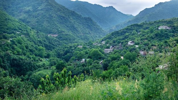 Vista da pequena cidade armênia de akhtala, localizada nas montanhas em um dia de verão