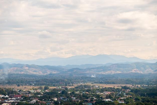 Vista da pequena cidade localizada nas planícies entre a alta montanha