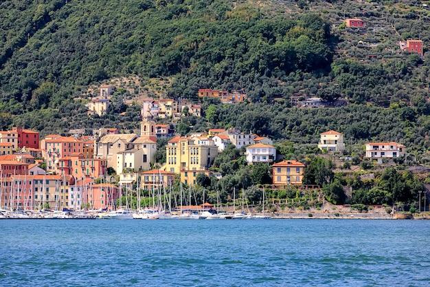 Vista da pequena cidade multicolorida de fezzano. o fezzano localiza-se na província de la spezia, ligúria, perto de portovenere e cinque terre. itália