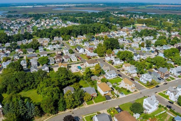 Vista da pequena cidade provincial americana em sayreville, nova jersey, eua