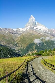Vista da pista de caminhada nos alpes suíços, área de montanhas zermatt, perto de matterhorn peak no verão, suíça