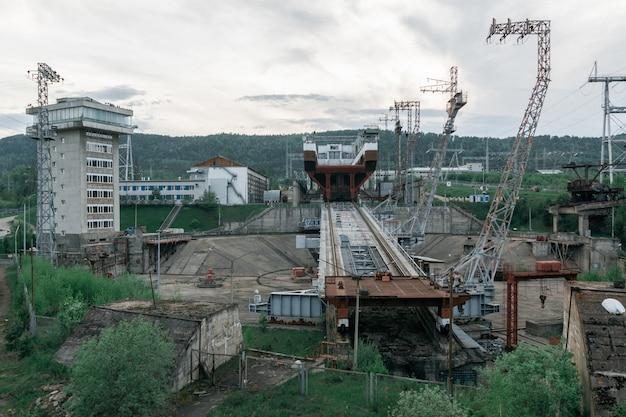 Vista da plataforma do elevador de navios. fundo industrial.