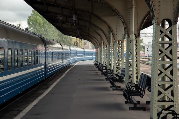 Vista da plataforma ferroviária com um trem