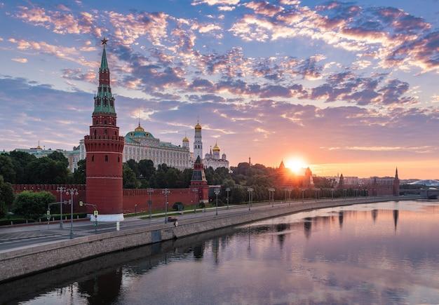 Vista da ponte bolshoi kamenny para o kremlin de moscou e o rio de moscou