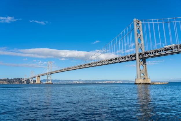 Vista da ponte da baía em san francisco