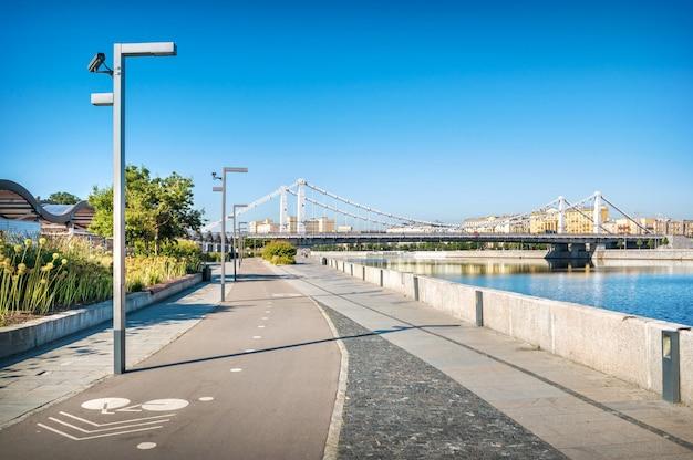 Vista da ponte da crimeia a partir do dique da crimeia de muzeon em moscou em uma manhã ensolarada de verão