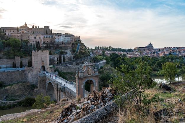 Vista da ponte de alcântara e da cidade de toledo.