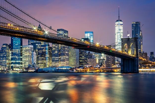 Vista da ponte de brooklyn à noite