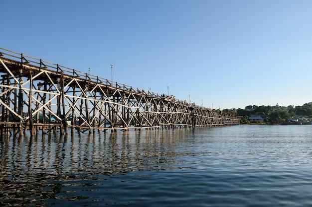 Vista da ponte de mon em sangkhlaburi. kanchanaburi. tailândia
