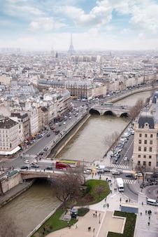 Vista da ponte, do rio sena e da torre eiffel, frança