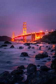 Vista da ponte golden gate na praia de marshall em san francisco, califórnia