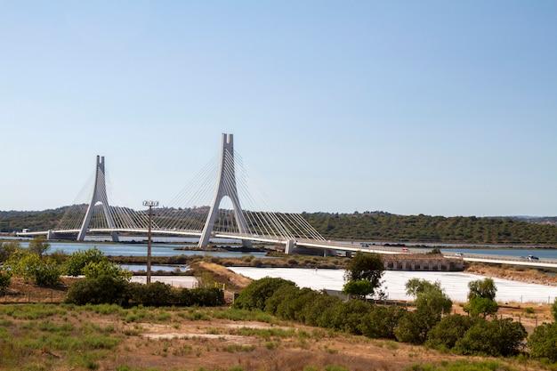 Vista da ponte icónica sobre o rio arade de portimao.