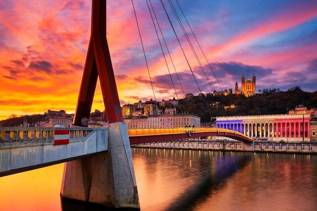 Vista da ponte pedonal no rio saone ao pôr do sol, lyon, frança.