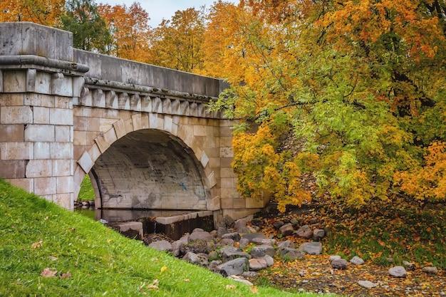 Vista da ponte sobre o park palace em um dia de outono gatchina são petersburgo rússia