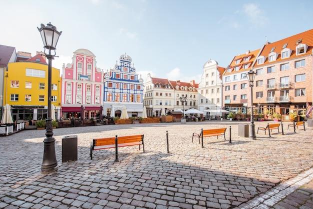 Vista da praça do mercado com belos edifícios coloridos durante a luz da manhã na cidade de szczecin, polônia