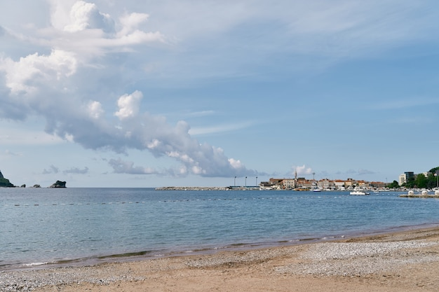 Vista da praia até a península tendo como pano de fundo um céu nublado