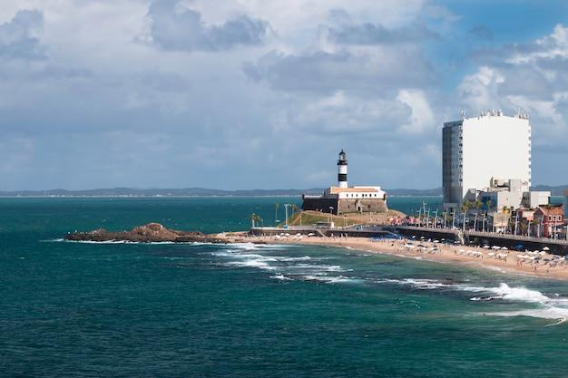Vista da praia da barra na cidade de salvador bahia brasil.