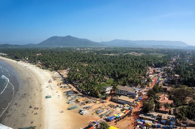 Vista da praia da torre-gopuram em murudeshwar, karnataka, índia.