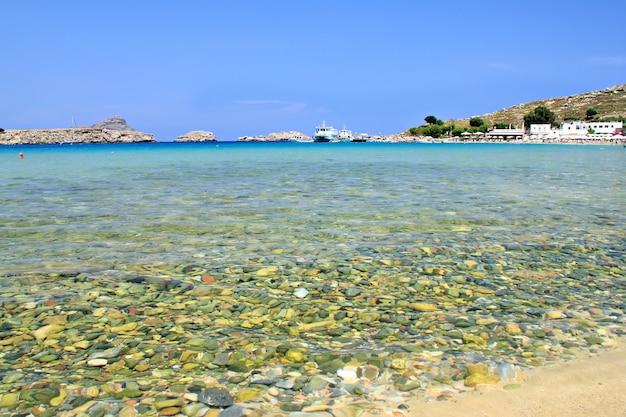 Vista da praia de lindos no mar azul