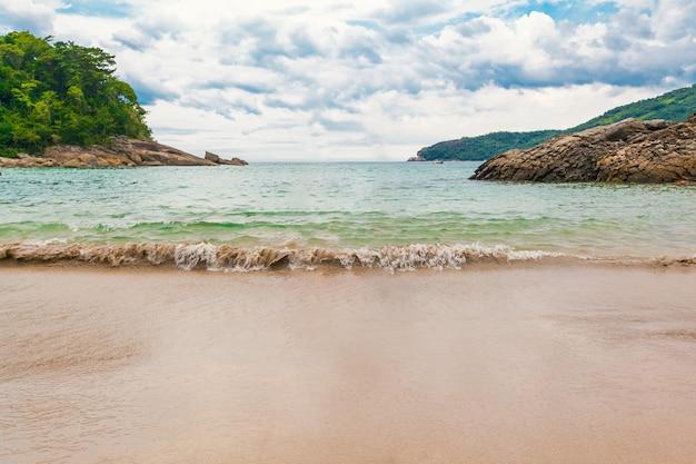 Vista da praia, mar e floresta em dia nublado em trinidad