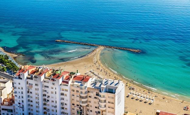 Vista da praia postiguet em alicante, espanha