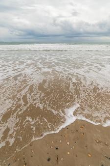 Vista da praia sob o céu tempestuoso
