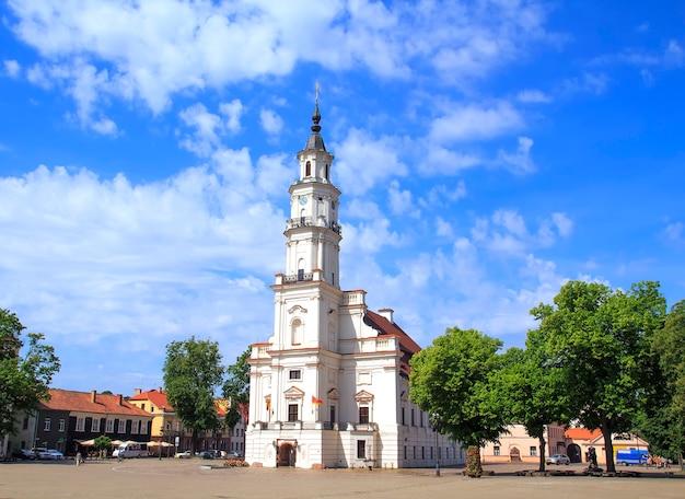 Vista da prefeitura na cidade velha. kaunas
