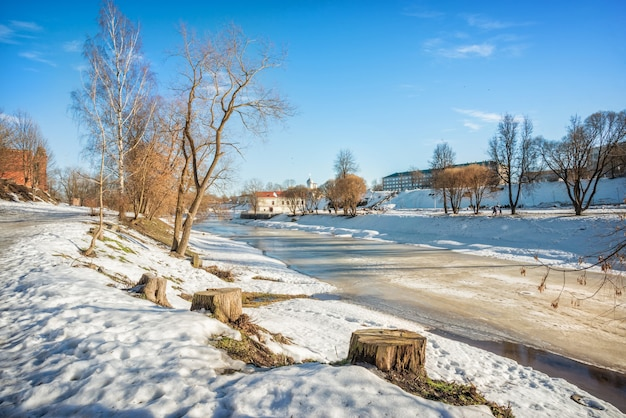 Vista da primavera do rio pskova