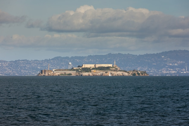 Vista da prisão de alcatraz na baía de são francisco, califórnia