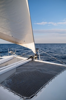 Vista da proa do iate catamarã cruzando pelo mar grécia europa