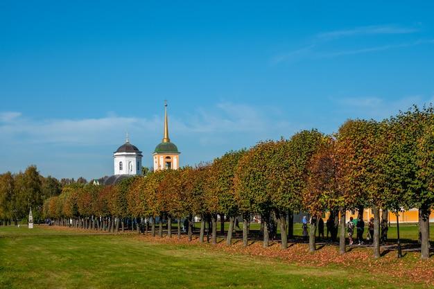 Vista da propriedade kuskovo no parque kuskovo, no outono, moscou. rússia.