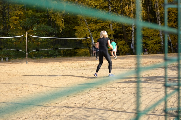 Vista da quadra de vôlei no parque.