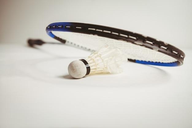 Vista da raquete de badminton e peteca