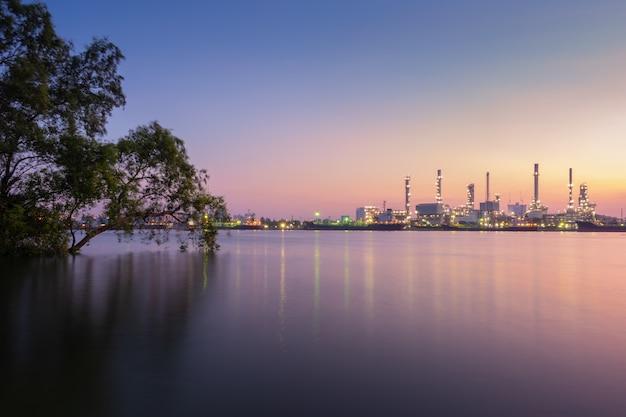 Vista da refinaria de bangchak na manhã com a província de samut prakarn do rio de chao phraya, tailândia