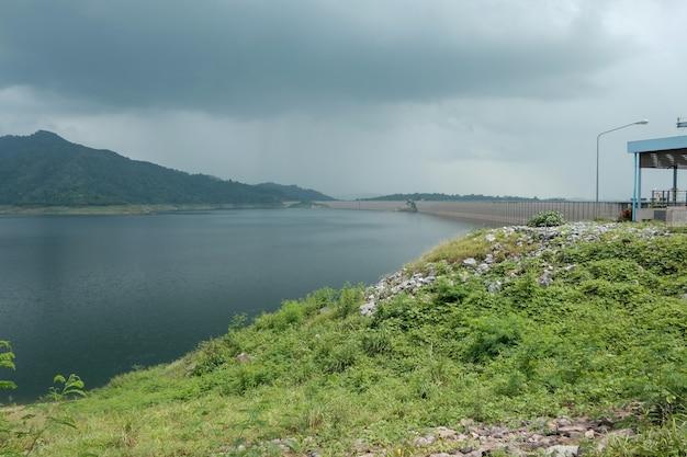 Vista da represa de khun dan prakarnchon é marco na tailândia