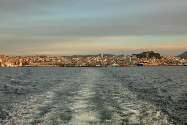 Vista da retaguarda de um navio se afastando do porto da cidade de vigo, na galiza, espanha.