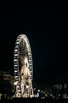 Vista da roda gigante em budapeste com iluminação