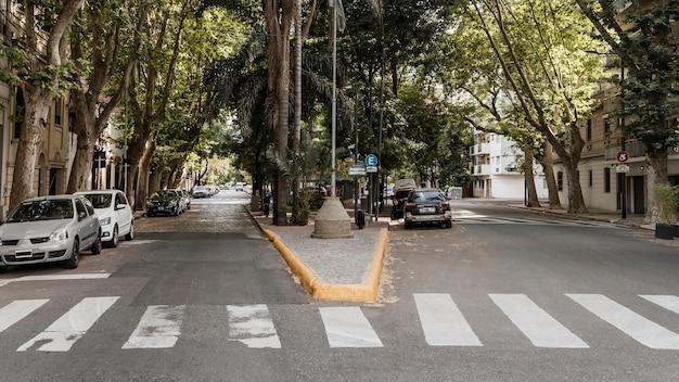 Vista da rua da cidade com carros e faixa de pedestres