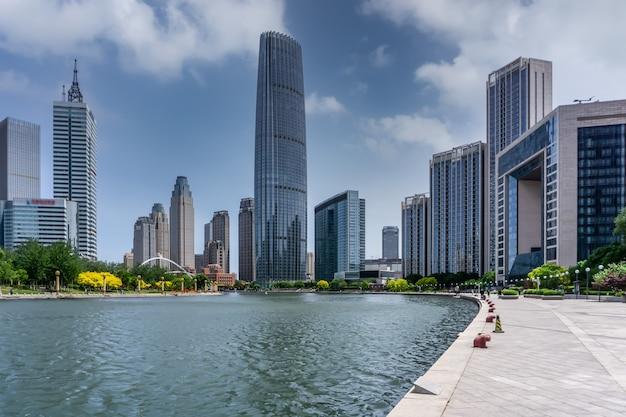 Vista da rua de edifícios modernos ao longo do rio haihe em tianjin